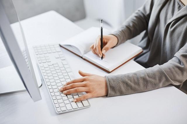 woman-sitting-at-desk